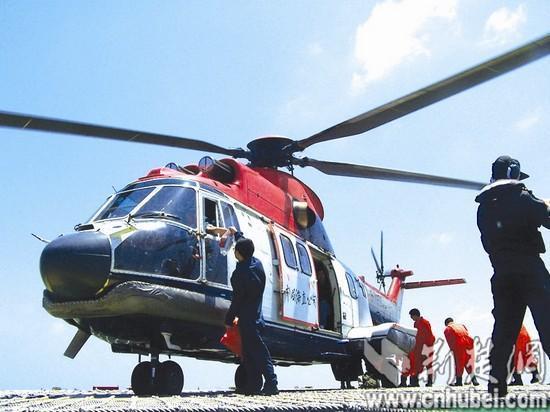 图为:乘坐直升飞机去上班(通讯员陶慧摄)