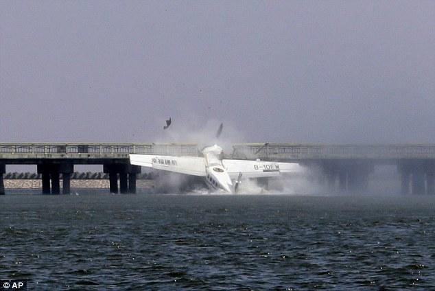 上海一水上飞机首航时撞桥 机上10人5人身亡(图)