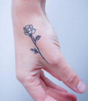 一个纹在手上的小玫瑰纹身.