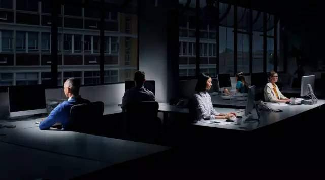 不要再加班啦!每周工作超过39小时有害健康(双语)