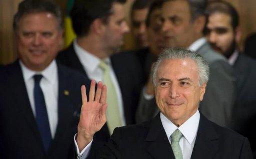 巴西总统怀疑官邸闹鬼,举家搬出总统府(双语)