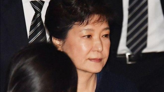朴槿惠被正式起诉 涉嫌贿赂等多项罪名(双语)