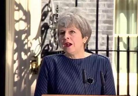 英国首相特蕾莎·梅宣布将在6月8日提前进行大选(双语)