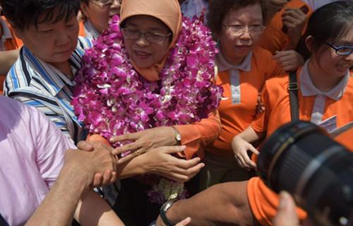 新加坡诞生首位女总统(双语)