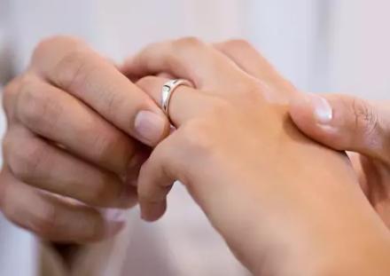 西班牙人结婚戒指戴在左手还是右手?