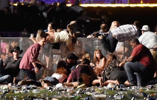 美国拉斯维加斯发生史上最惨烈枪击案 致59死527伤(双语)