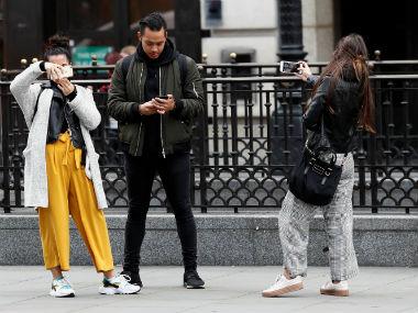 过度依赖手机 会让人越来越焦虑(双语)