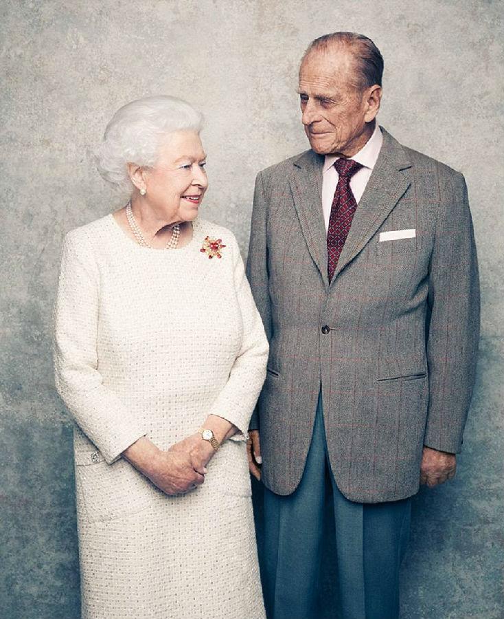 英女王结婚70周年:王室模范夫妇甜到骨子里!(双语)