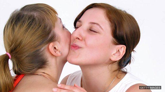 France's cheek-kissing controversy 法国女市长拒行贴面礼引来争议