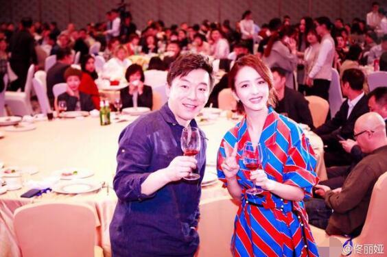 颁奖礼念错名字 黄渤兑现承诺与佟丽娅聚餐(双语)