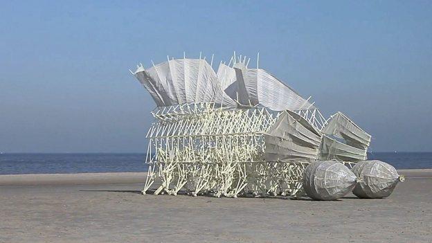 "Strandbeests 荷兰艺术家建造 ""风力仿生兽"""