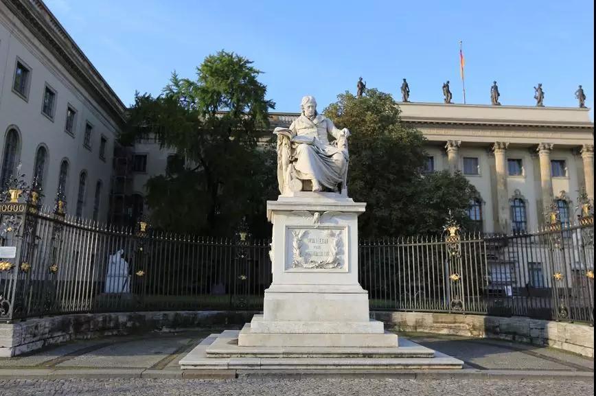 威廉·冯·洪堡雕像
