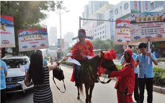 高考状元骑马游街发红包 市民要求带走马粪便(图)